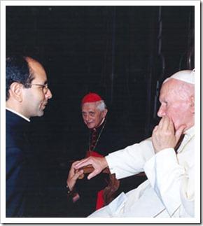Pe Paulo e Papa Joao Paulo II - ao fundo Cardeal Ratzinger